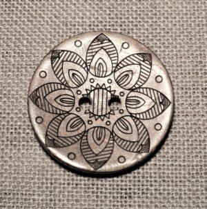 Bouton en noix de coco 34mm, 2-trous avec fleur pour vestes manteaux et les tricots