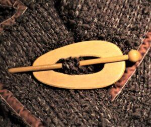 Attache gilet bois naturel ovale 85mm, fermoir veste sans coudre